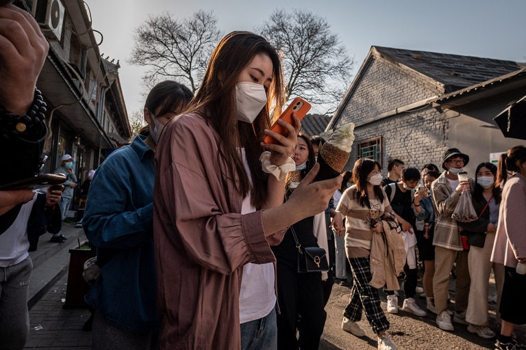 """El término """"lobos guerreros"""" se popularizó en 2019, cuando los enviados chinos, sobre todo el portavoz Zhao Lijian, adoptaron un tono vehemente para defender al país comunista en plataformas de las redes sociales como Twitter, que está bloqueada en China"""