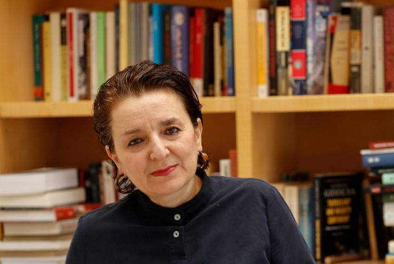 Eva Illouz es profesora universitaria, autora de varios libros y ha sido premiada por sus aportes a la investigación de la sociología cultural, de las emociones y del capitalismo. También ha estudiado el efecto del consumismo y de los medios de comunicación en los patrones emocionales.
