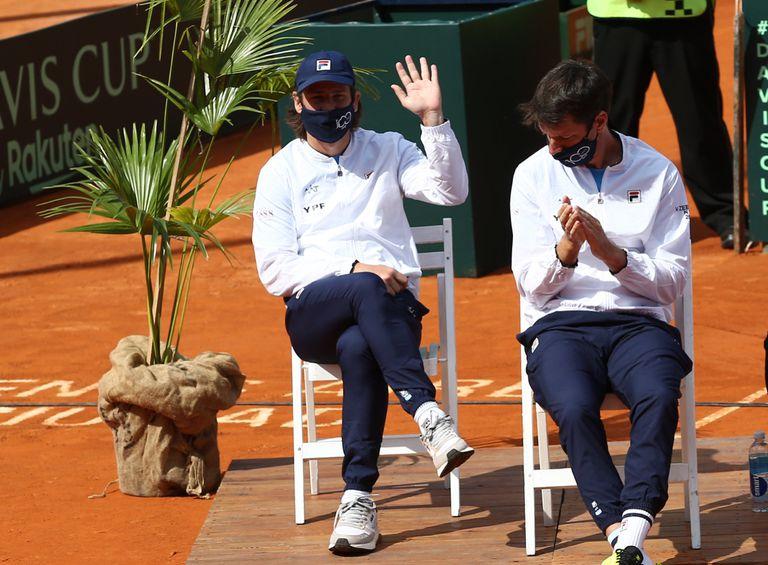 Gastón Gaudio, durante el sorteo del orden de juego del desafío ante Belarús, por la Copa Davis; a su lado, Horacio Zeballos.