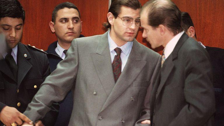 En 1998, Álvarez es esposado luego de escuchar la condena por el homicidio de un empresario en San Isidro