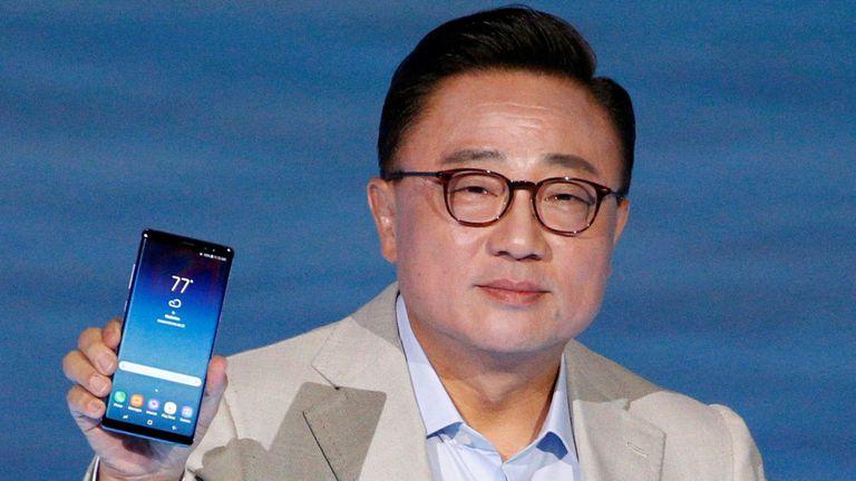 Koh Dong-jin, director de Samsung Mobile, junto al Galaxy Note 8