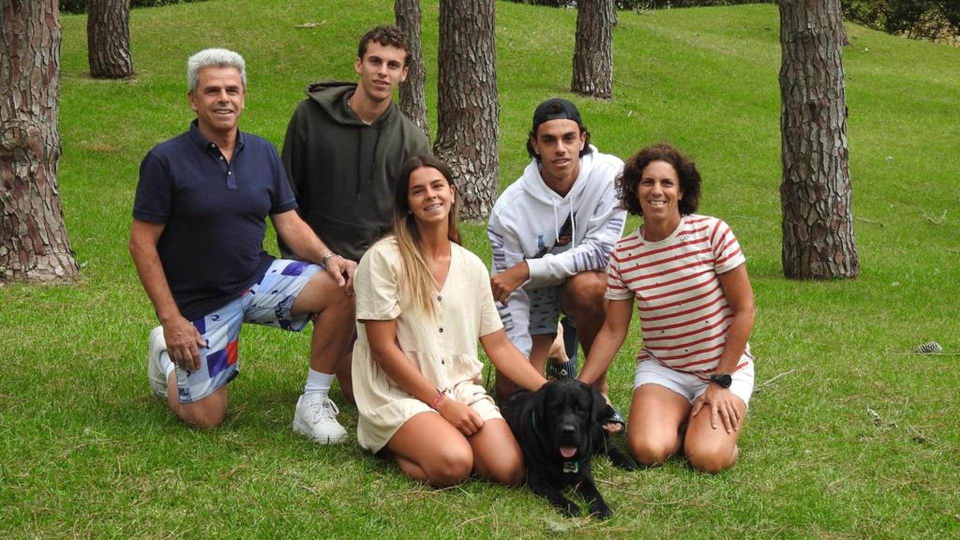 Los Cerúndolo, todos vinculados al deporte: papá Alejandro y mamá María Luz, ambos ex tenistas profesionales; Juan Manuel y Francisco, actuales jugadores de ATP; y Constanza, jugadora de hockey en Belgrano Athletic y Las Leonas.