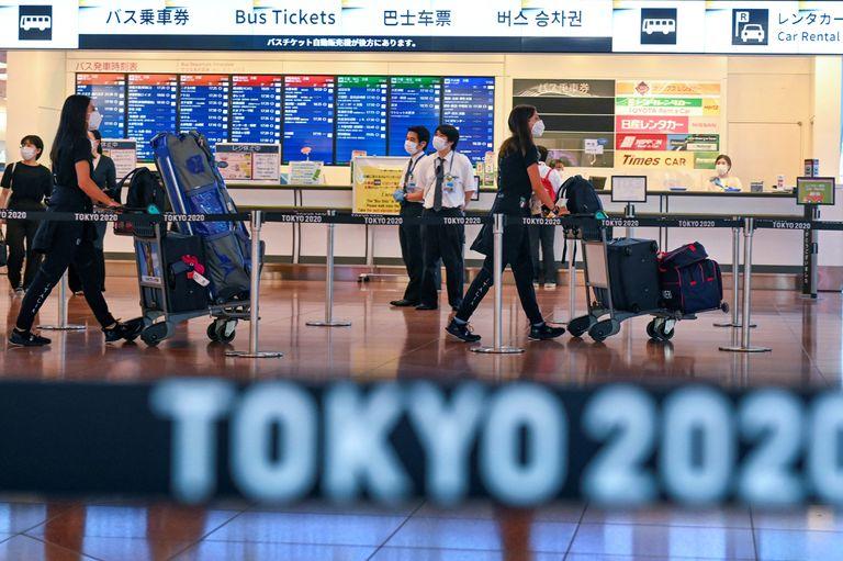 Las delegaciones empiezan a llegar al Aeropuerto Internacional de Tokio en Tokio para participar en los próximos Juegos Olímpicos: hoy saltó una alarma por un atleta que no regresó a la concentración.