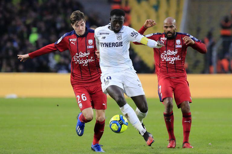 Abdoulaye Toure lucha por la pelota con Toma Basic y Jimmy Briand; para el duelo ante Bordeaux, Nantes presentó una camiseta especial, con detalles en celeste y blanco, en memoria de Emiliano Sala