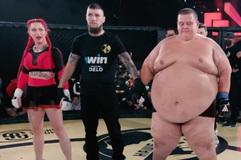 Video: la insólita pelea entre un youtuber de 240 kilos y una luchadora de MMA
