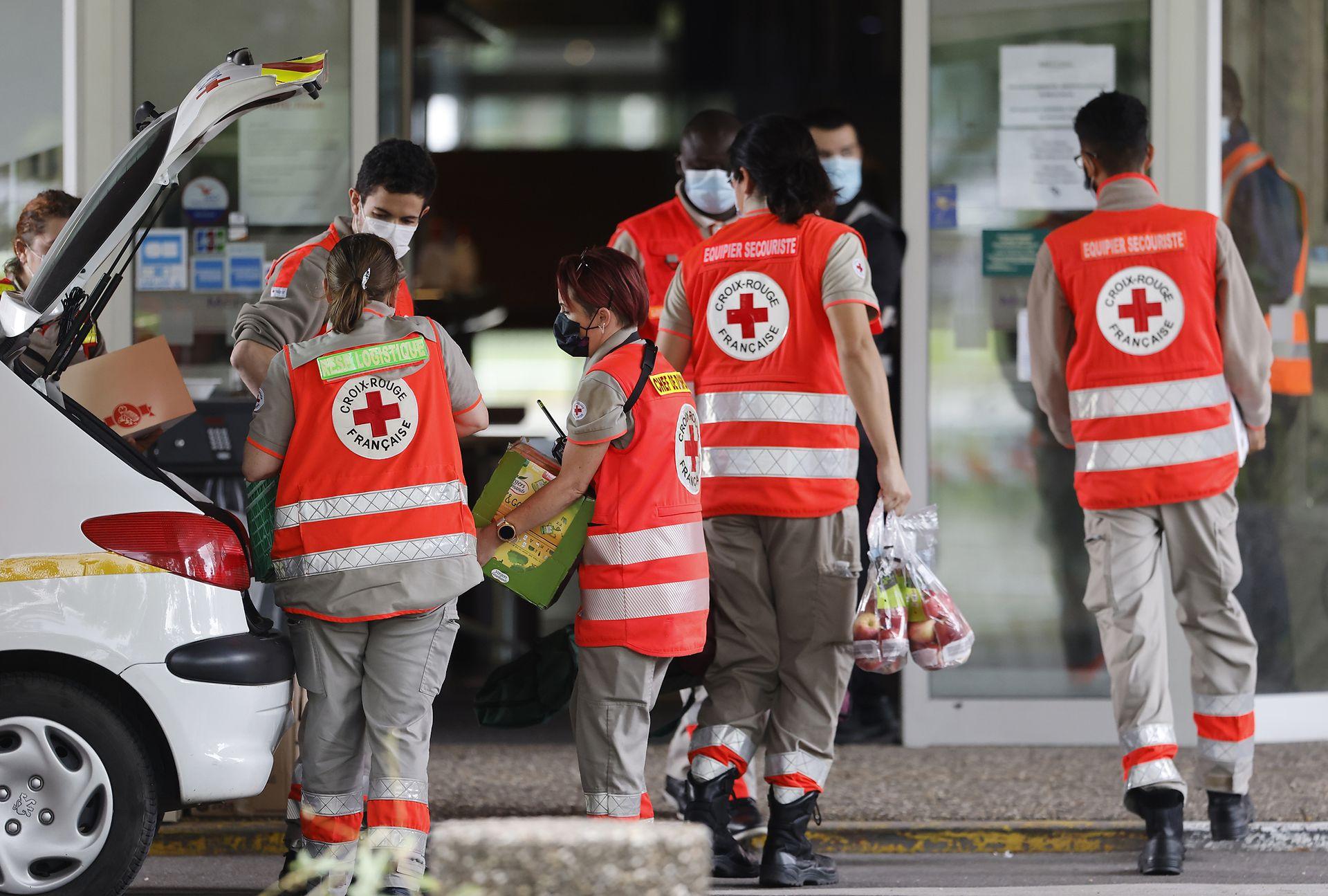 Voluntarios de la Cruz Roja ayudan a los heridos tras las explosiones
