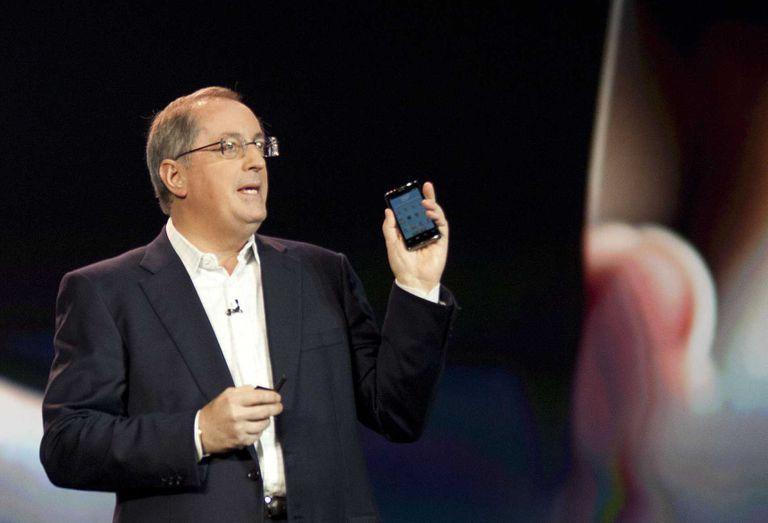 Paul Otellini, CEO de la compañía, con un teléfono equipado con un chip Intel durante su presentación en la feria CES de Las Vegas en 2012