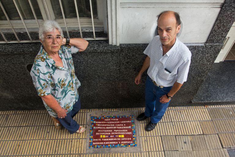 Una baldosa que recuerda a los desaparecidos durante la dictadura