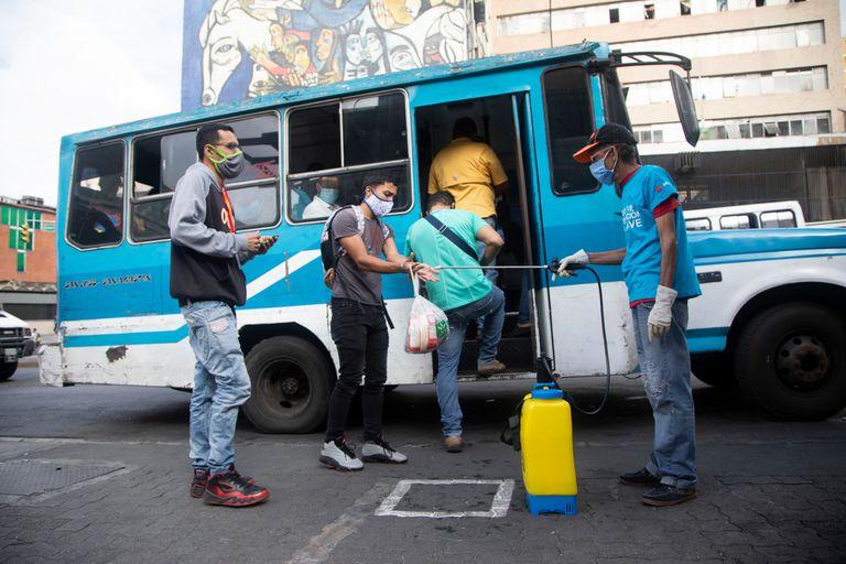 Tareas de desinfección por el coronavirus en un transporte de Caracas
