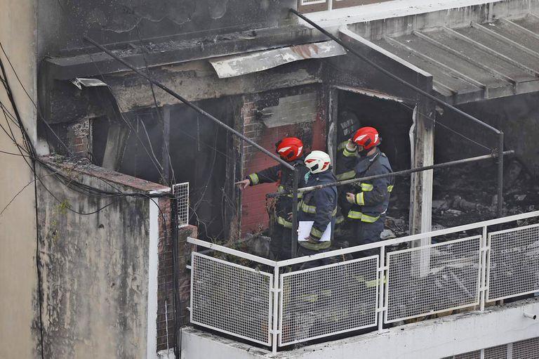 Cuatro dotaciones de bomberos controlaron un incendio en el piso 11 de un edificio