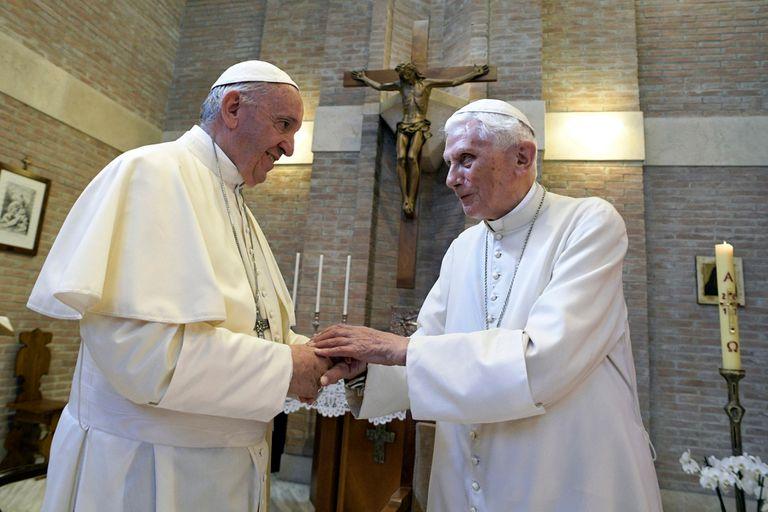 El papa Francisco junto al papa emérito Benedicto XVI
