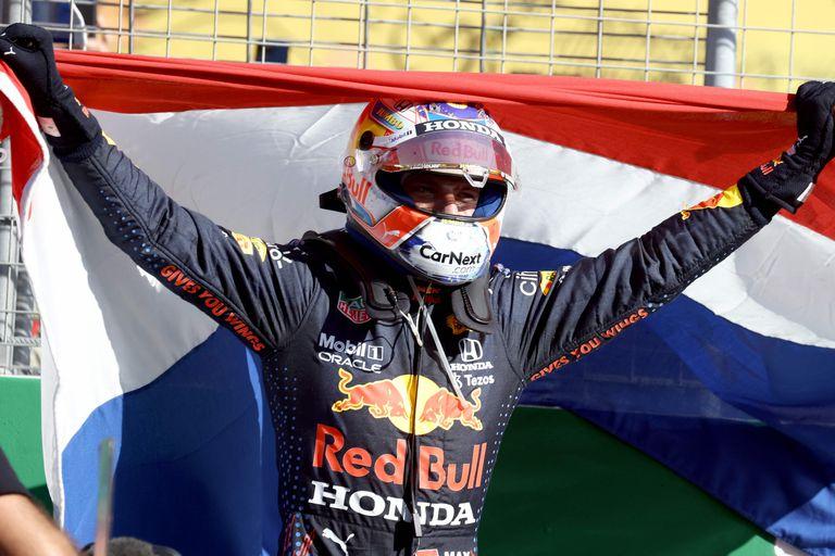 Max Verstappen celebra en el circuito de Zandvoort, después de ganar el Gran Premio de Fórmula 1 de Países Bajos; el neerlandés logró una ventaja de 32 puntos entre los GP's de Mónaco y de Austria