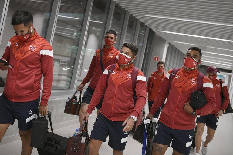 El plantel de Independiente en el aeropuerto; quedaron retenidos en Bahía por los testeos positivos de Covid