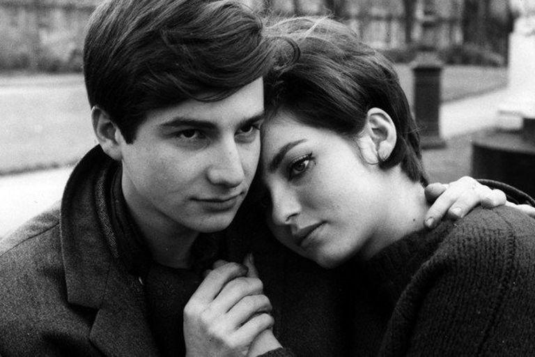 """Jean Pierre Léaud y Marie-France Pisier en el episodio """"Antoine y Colette"""", del film colectivo El amor a los veinte años (1962)"""