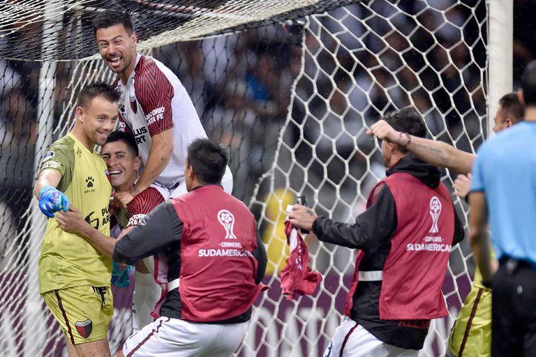 Colon vs Atletico Mineiro. festejo de Colon. Leonardo Burian.