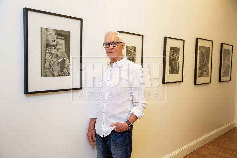 Nuestro anfitrión frente a una serie de fotografías de 1955, realizadas por George Friedman para fotonovelas