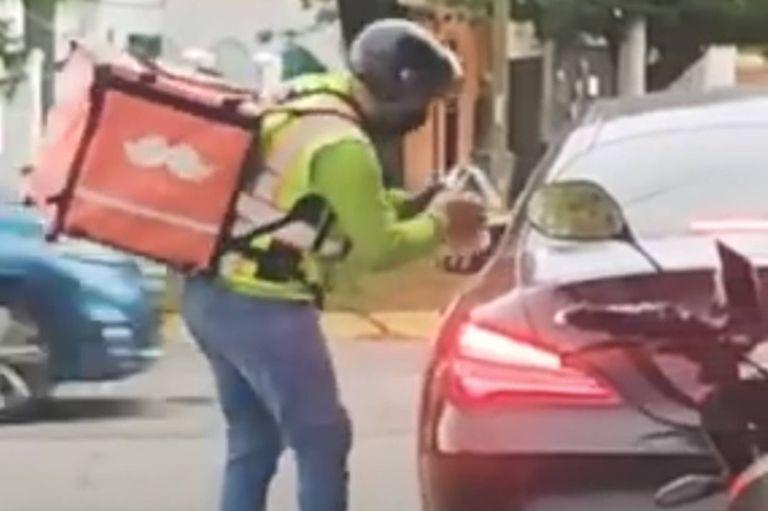 Tira basura a la calle desde su lujoso auto y recibe una inesperada lección