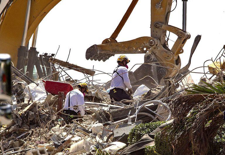 Cuadrillas de rescate buscan entre los escombros de Champlain Towers South