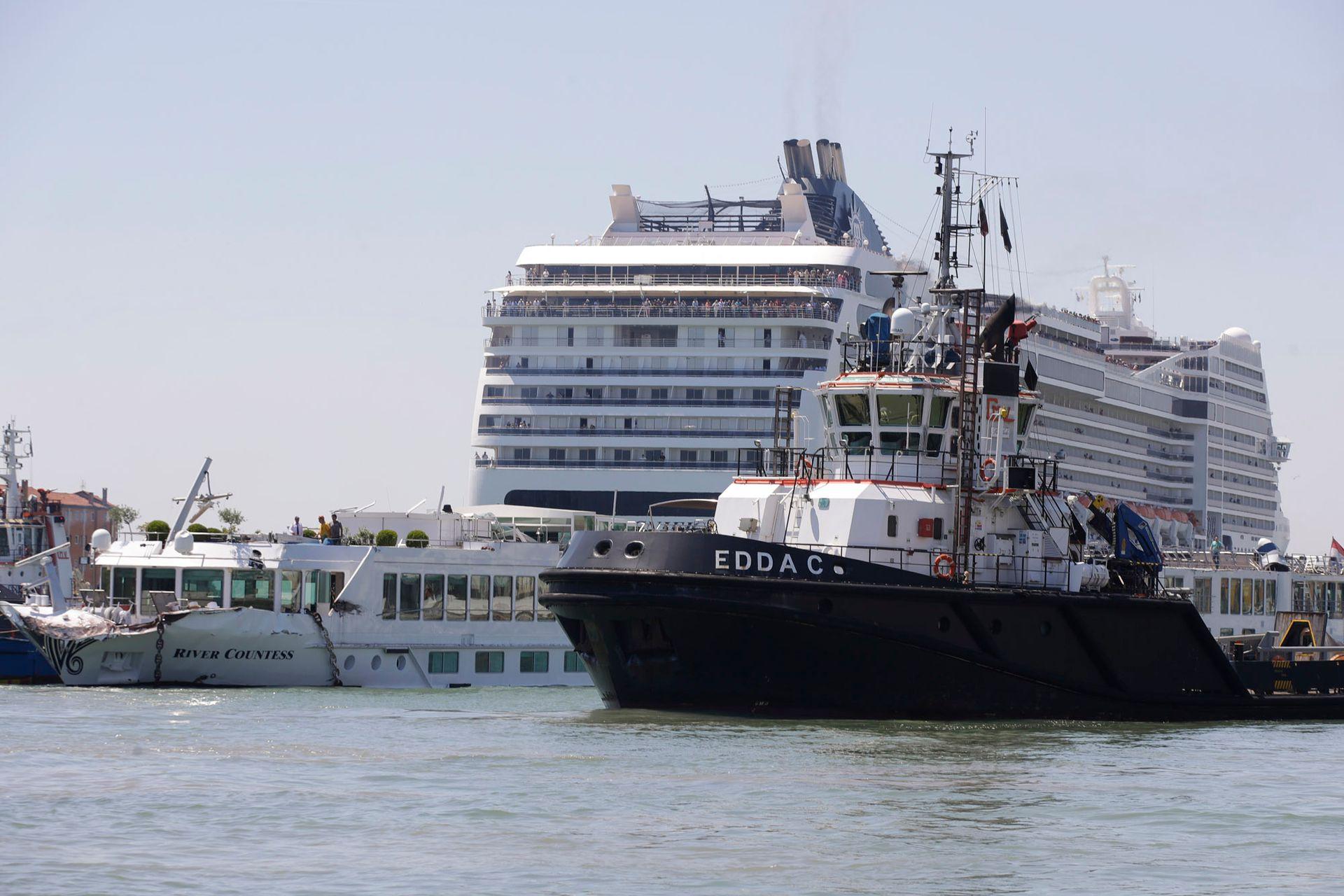 El enorme crucero de 54 metros de altura, 275 metros de eslora y 2679 pasajeros a bordo, quedó fuera de control por un problema en el motor