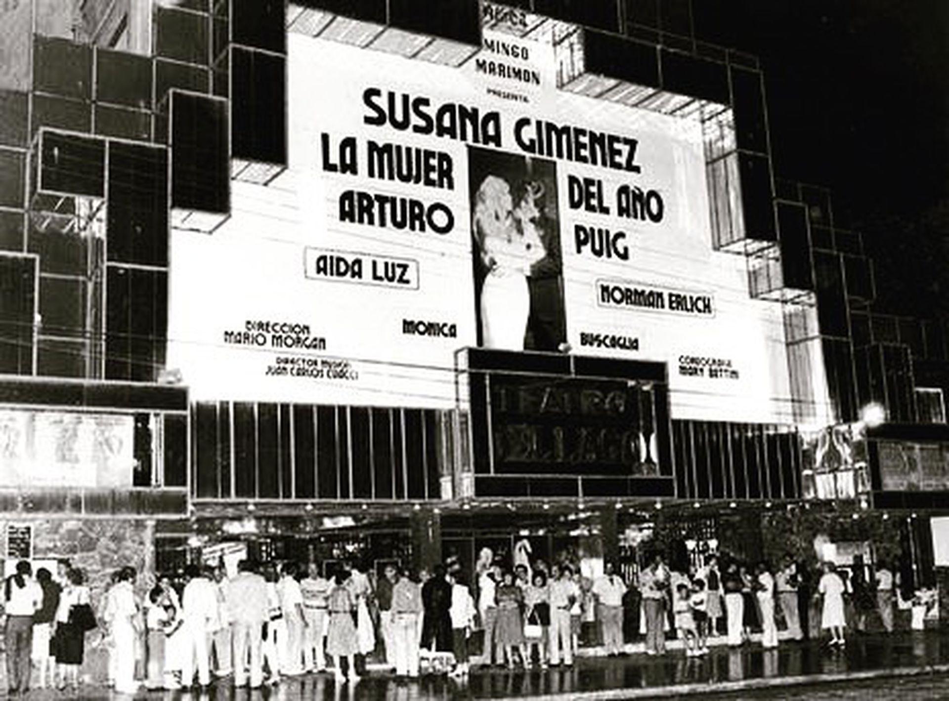 La marquesina del Teatro del Lago, en Villa Carlos Paz, y la gente amontonada para entrar a ver La mujer del año
