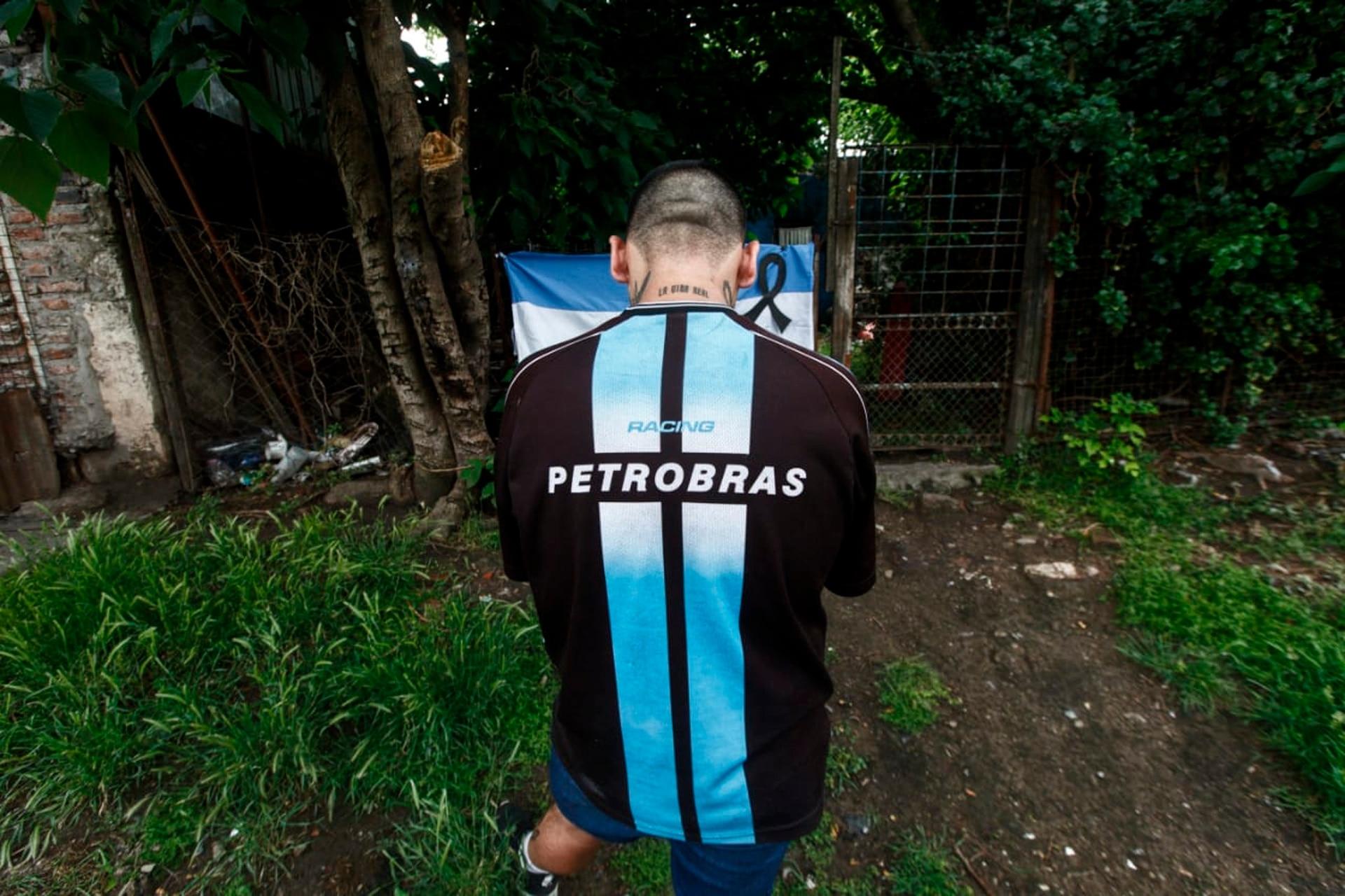 Rezos en Villa Fiorito, casa natal de Diego Maradona, en el día de su fallecimiento.