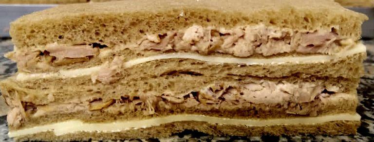 El Cisne: la confitería famosa por sus sandwiches de miga gigantes