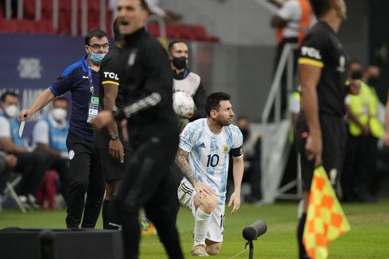 Messi, en el centro, se arrodilla mientras Scaloni grita. El futuro de la selección se juega, en parte, entre las decisiones de ambos.