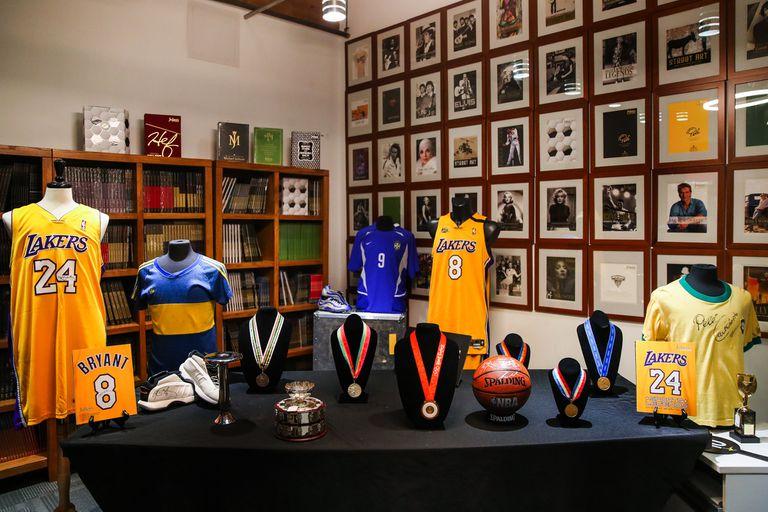 Los objetos de Kobe Bryant puestos a remate, en exposición.