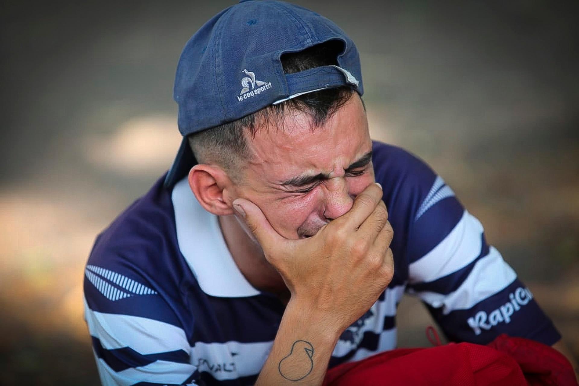 Lágrimas en las inmediaciones del estadio Carmelo Zerillo de Gimnasia y Esgrima de la Plata por la muerte de Diego Maradona
