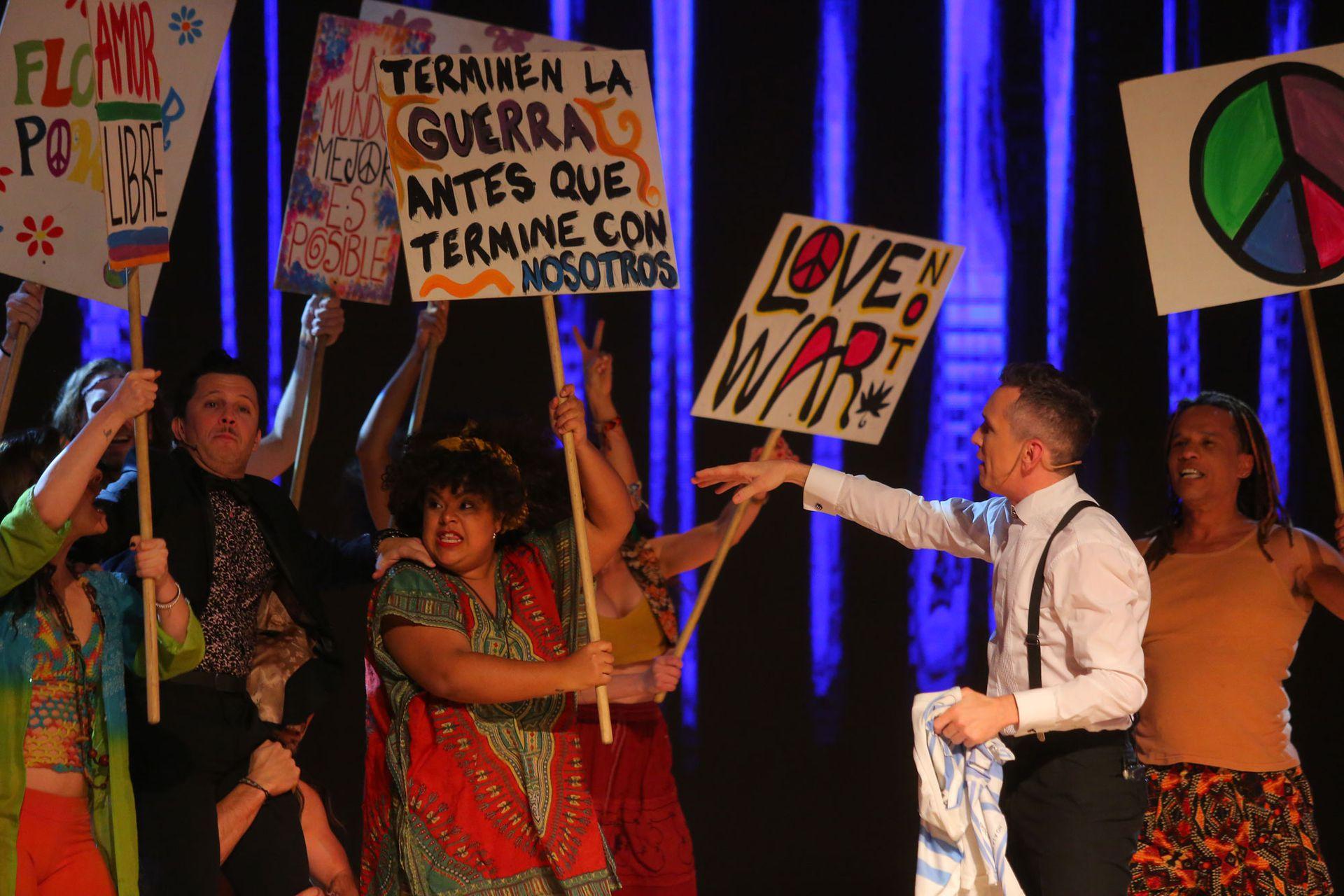 Diego Reinhold, Darío Lopilato y el elenco de Hair, en la última entrega de Premios Hugo al Teatro Musical