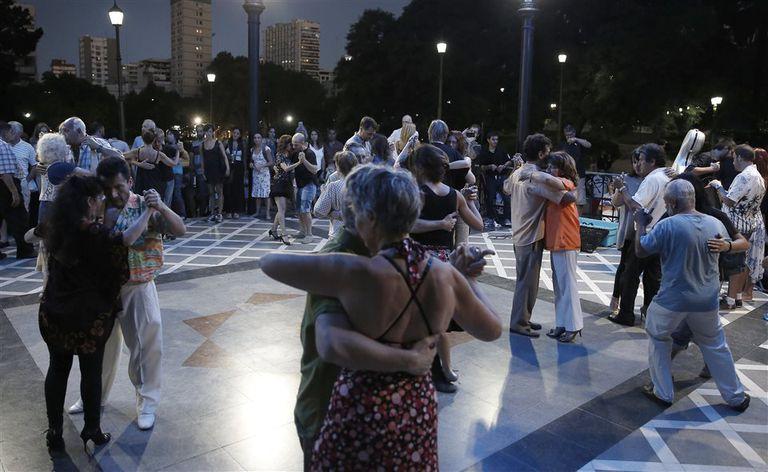 Rodeados de un paisaje incomparable, bailarines amateur dan rienda suelta a su pasión en Belgrano