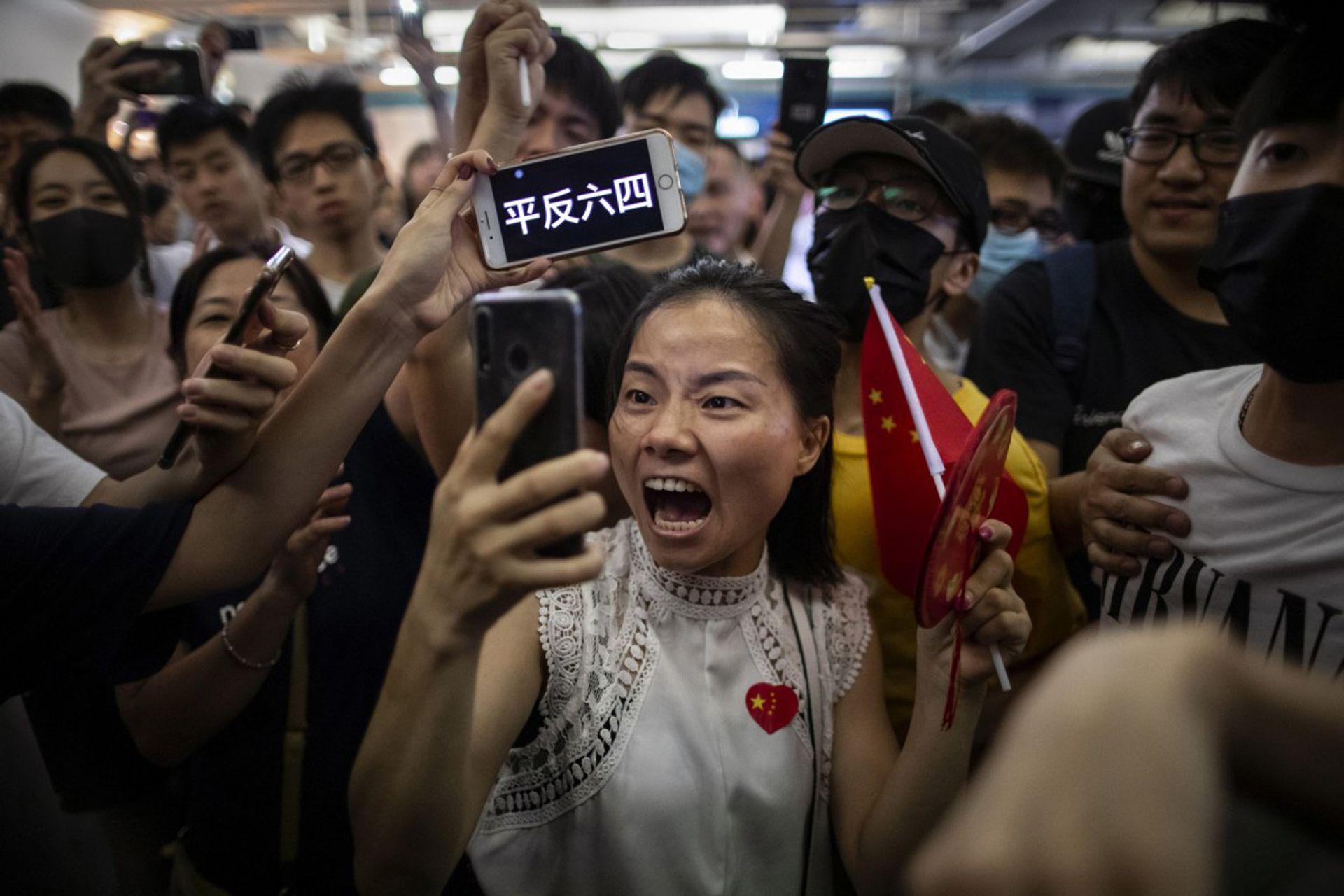 Una manifestante se filma a sí misma durante las protestas en la estación Yuen Long