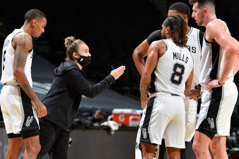 Becky Hammon, la reemplazante de Popovich, con instrucciones para los Spurs frente a los Lakers