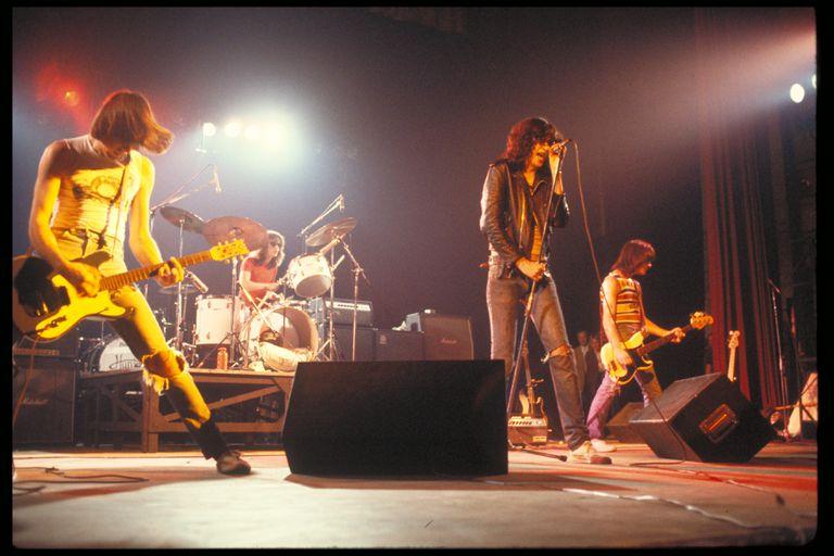 The Ramones en The Palladium, Nueva York, el 7 de enero de 1978, con su formación original: Johnny Ramone (guitarra), Tommy Ramone (batería), Joey Ramone (voz) y Dee Dee Ramone (bajo)