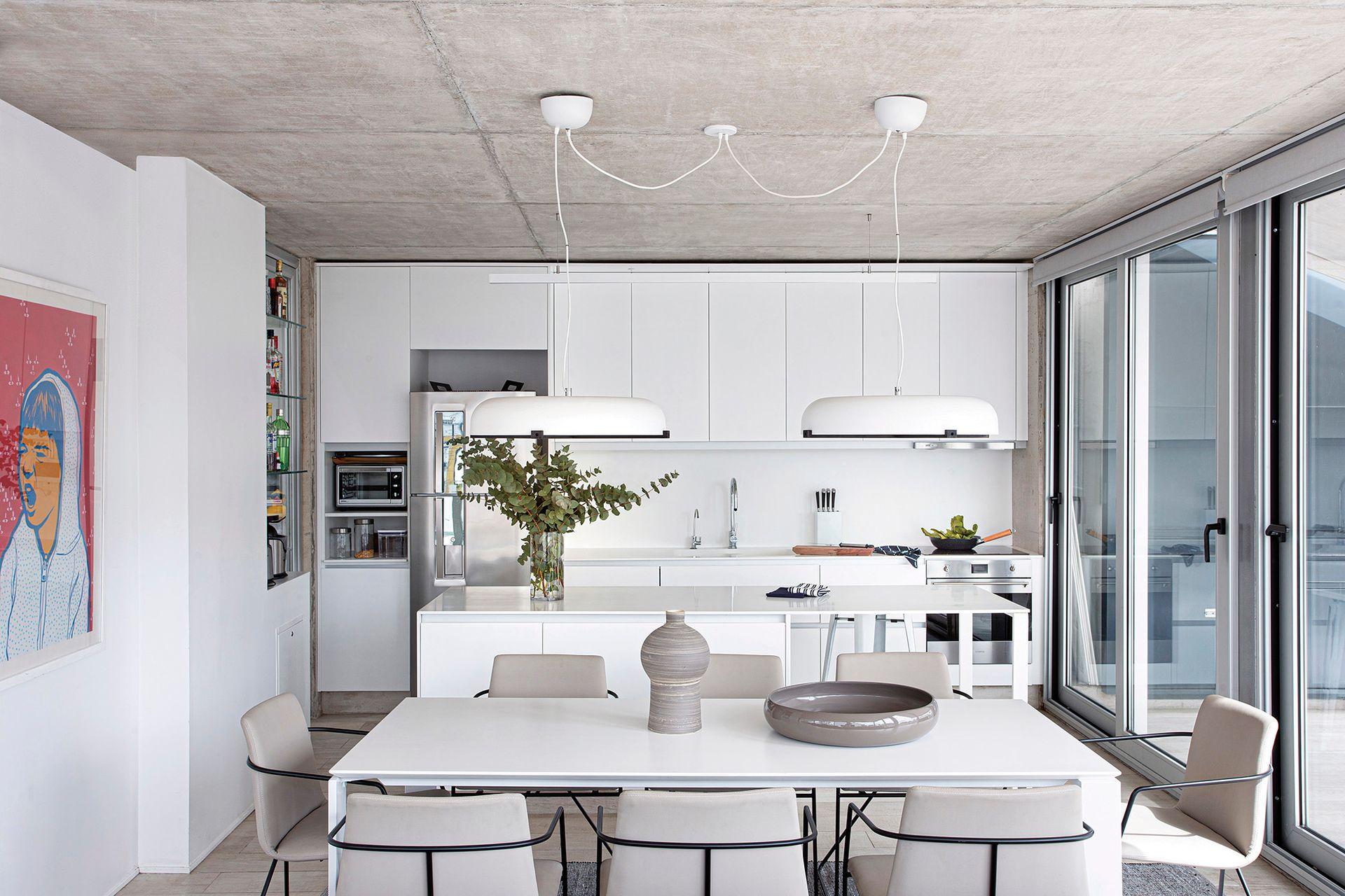 Obra de Diego Roa. Muebles de cocina con frente laqueado, mesada y alzada de Corian e isla, todo diseño de Estudio CDW ejecutado por Mi Cocina.