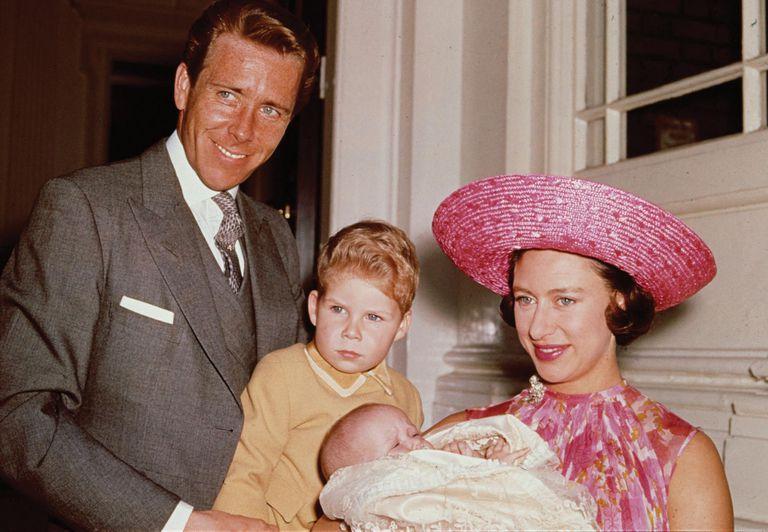 Foto familiar –Margarita, Lord Snowdon, su hijo David y la pequeña Sarah– tomada en el palacio de Kensington en 1964, poco después del nacimiento de la heredera