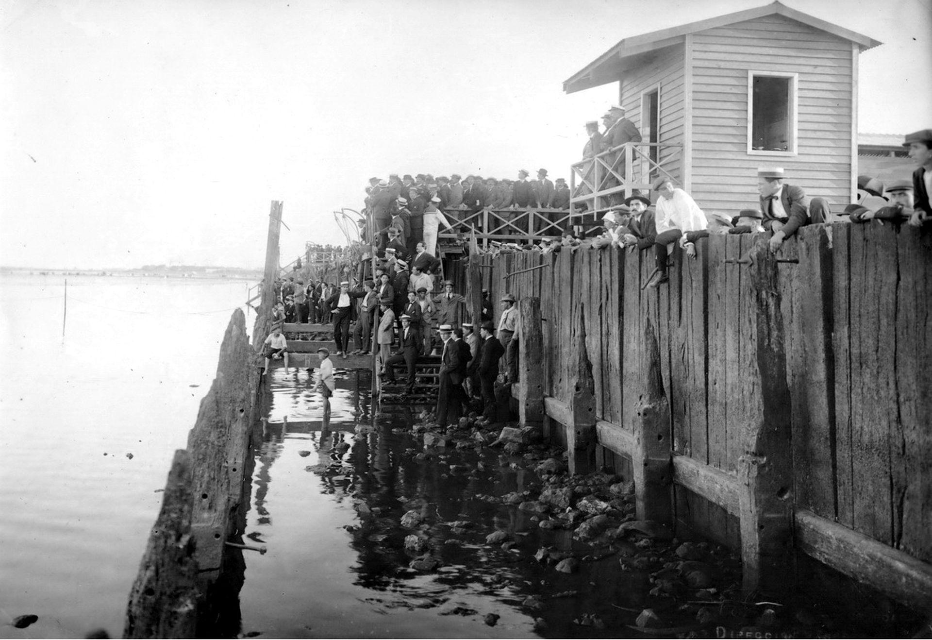 Las defensas exteriores del puerto, construidas en madera, fueron inútiles desde su construcción. En la foto una imagen del estado en el que se encontraban. Fueron reemplazadas, en 1918, por el Balneario Municipal de Costanera Sur.