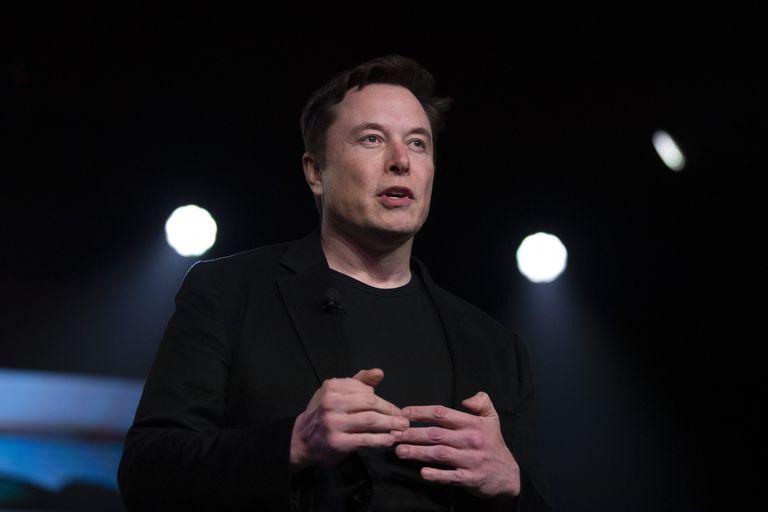 ARCHIVO - En esta foto de archivo del 14 de marzo de 2019, el CEO de Tesla, Elon Musk, habla antes de presentar el Modelo Y en el estudio de diseño de la compañía en Hawthorne, California. Tesla dice que trasladará su sede de Palo Alto, California, a Austin, Texas, aunque el fabricante de automóviles eléctricos seguirá ampliando su capacidad de fabricación en el Estado Dorado. Musk no dio ningún plazo para el traslado a última hora del jueves 7 de octubre de 2021, cuando se dirigió a los accionistas de la compañía en la reunión anual de Tesla. (AP Foto/Jae C. Hong, Archivo)