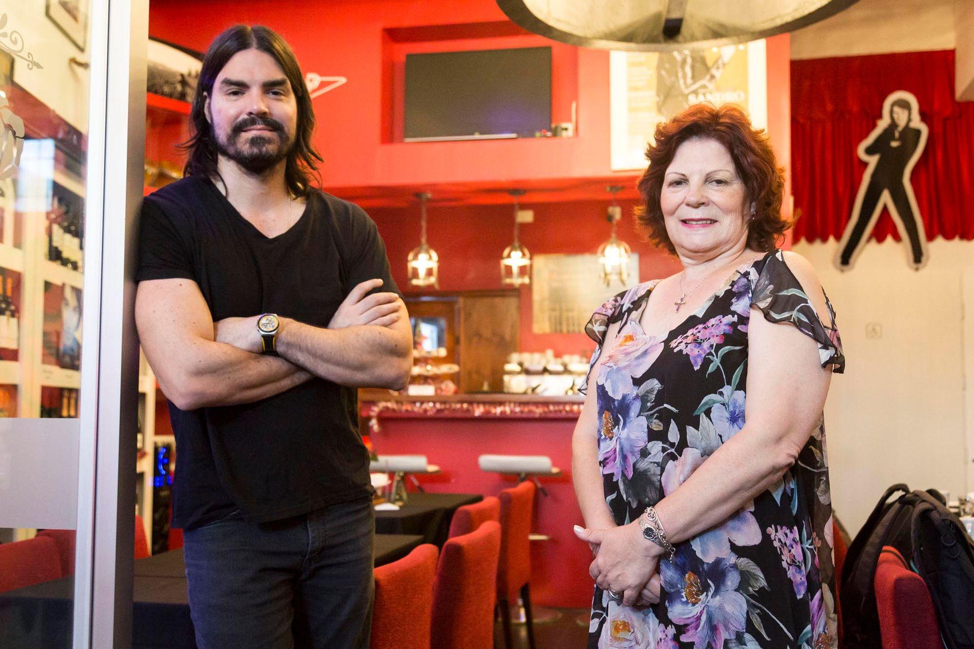Olga Garaventa, viuda de Roberto Sánchez, y su hijo Pablo Ferraudi, trabajan sin descanso en busca de preservar el legado de Sandro