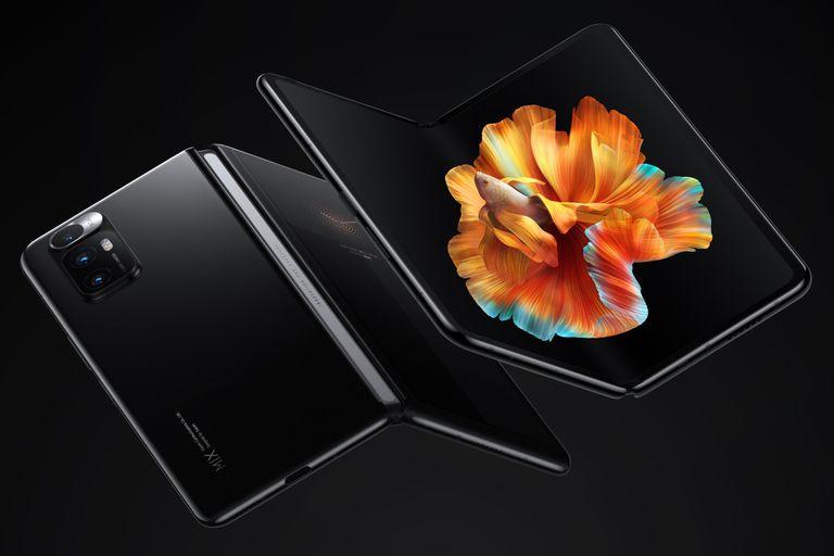 Xiaomi Mi Mix Fold es un ejemplo del diseño que hoy impera en teléfonos plegables. una pantalla externa en la tapa, y una pantalla flexible de 8 pulgadas en la cara interna del teléfono