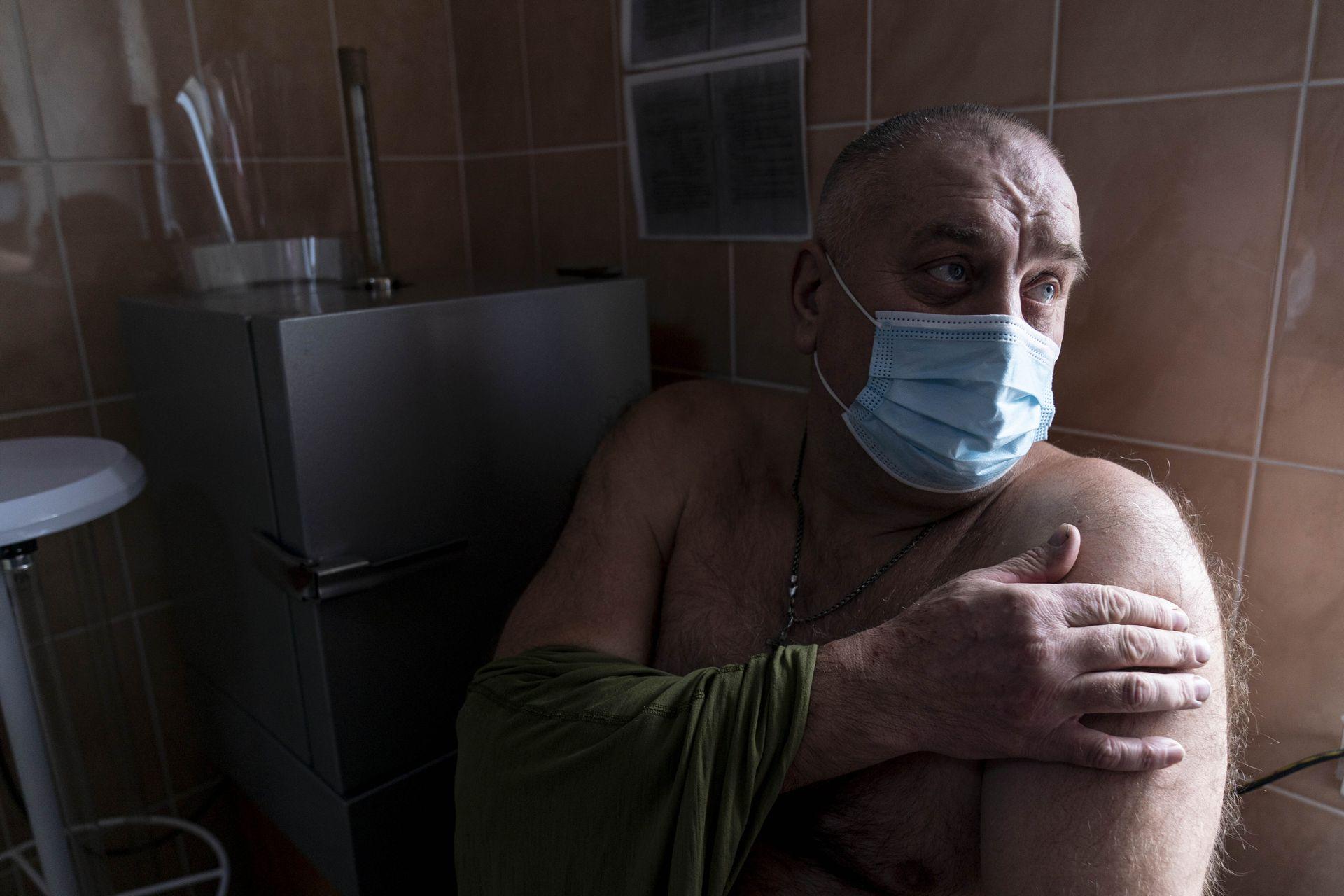 UCRANIA: Un militar ucraniano se prepara para recibir una dosis de la vacuna AstraZeneca COVID-19 comercializada con el nombre CoviShield en una base militar en Kramatorsk, Ucrania, el martes 2 de marzo de 2021. Ucrania planea vacunar a 14,4 millones de personas este año, o unas 35 % de sus 41 millones de habitantes.