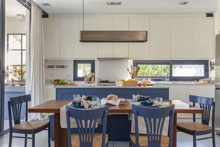 10 ejemplos de cocinas azules para que te inspires si estás buscando un cambio de tono
