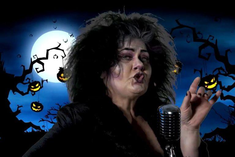 El vuelo de los murciélagos preanuncia el inicio del Freaky Monster Show, con Mirta Wons como parte del elenco