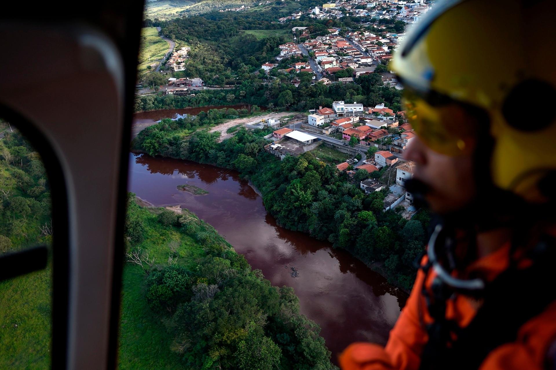 Bomberos buscan cuerpos en la región de Corrego do Feijao en Brumadinho el 27 de enero. Las comunidades locales fueron devastadas por el colapso de una represa que mató al menos a 37 personas en un complejo minero brasileño. Al menos 250 personas siguen desaparecidas.