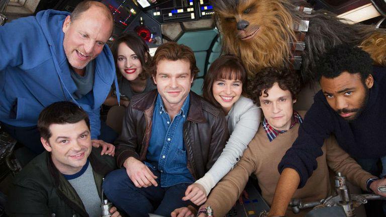 La única foto conocida del elenco de la película de Han Solo, con Phil Lord (de sweater beige) y Chris Miller (de campera negra) junto a los actores en el Halcón Milenario