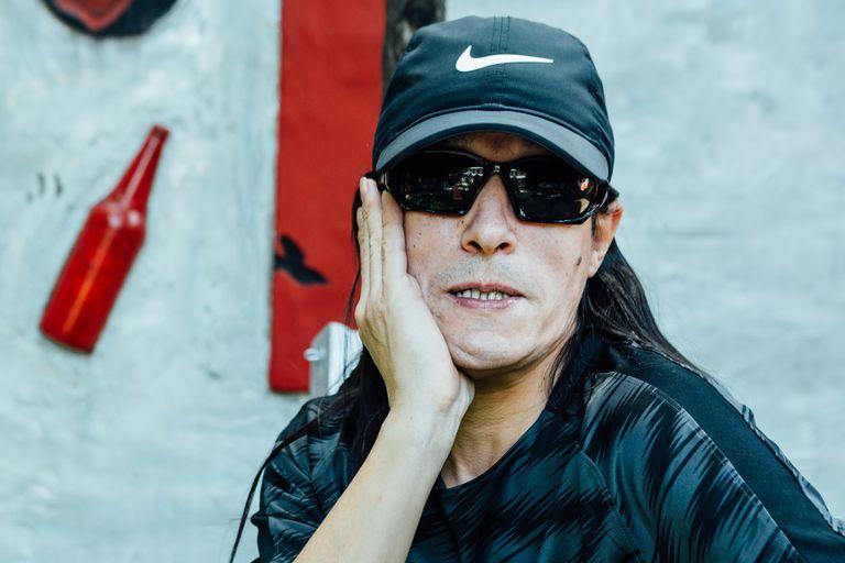 De nuevo en el mainstream gracias a una espontaneidad fuera de serie, el cantante abre las puertas de su casa, cuenta sobre su amistad con Calamaro y explica por qué banca a Cristina Kirchner