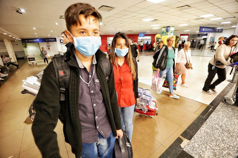 Algunos pasajeros usan barbijo durante el vuelo y en los aeropuertos