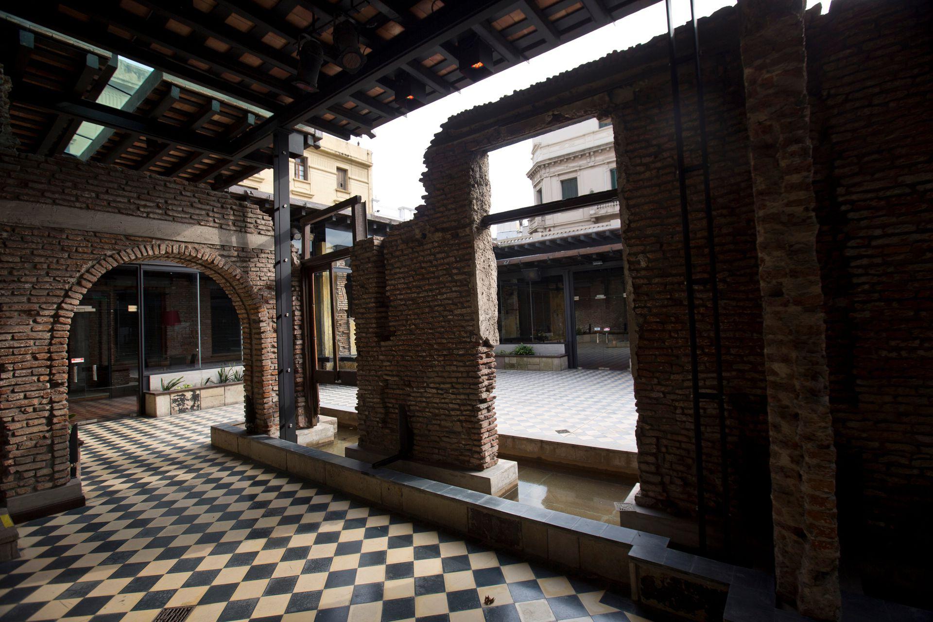 En ruinas y tapiada, Jorge Eckstein adquirió la primera propiedad del complejo, que había funcionado como conventillo hasta los primeros años de la década del ´70