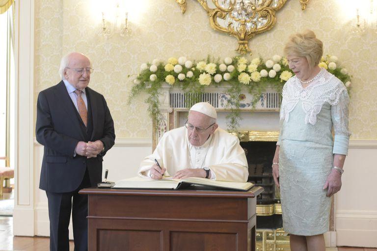 El Papa Francisco junto al presidente de Irlanda, Michael Higgins, y su esposa, Sabrina Coyne durante su visita en Dublin
