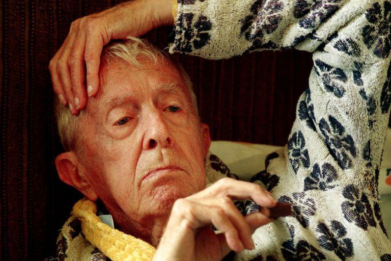 Paul Bowles, el autor de El cielo protector, hacia el final de su larga vida, en la ciudad marroquí de Tánger
